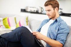 Ung man som hemma ser till och med personliga finanser Arkivfoton