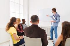 Ung man som i regeringsställning gör kopieringsutrymme för presentation Fotografering för Bildbyråer