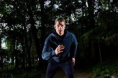 Ung man som joggar på natten Arkivfoton