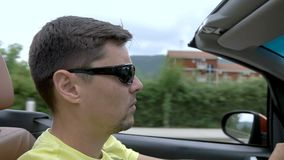 Ung man som kör en cabriolet lager videofilmer