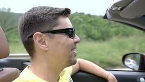 Ung man som kör en cabriolet stock video