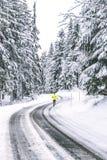 Ung man som kör på vintervägen fotografering för bildbyråer