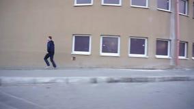 Ung man som kör utomhus- snabbt och rakt stock video