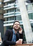 Ung man som kallar med mobiltelefonen Royaltyfri Fotografi