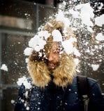 Ung man som kastar snö Royaltyfri Bild