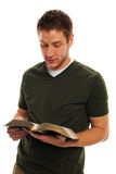 Ung man som läser bibeln royaltyfri bild
