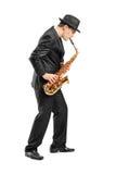 Ung man som leker på saxofon Arkivbilder