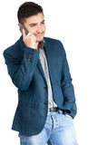 Ung man som ler och talar på den smarta telefonen Royaltyfria Foton