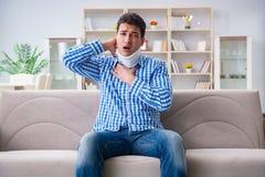 Ung man som lider en head trauma för halsrygg som bär ett cervikalt Royaltyfri Foto