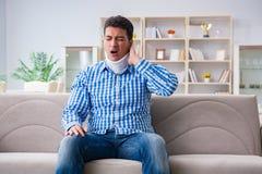 Ung man som lider en head trauma för halsrygg som bär ett cervikalt Royaltyfria Bilder