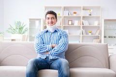 Ung man som lider en head trauma för halsrygg som bär ett cervikalt Fotografering för Bildbyråer