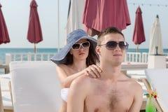 Ung man som mottar en avslappnande halsmassage royaltyfria foton