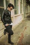 Ung man som ner ser, medan luta på en stege fotografering för bildbyråer
