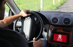 ung man som ombord kör en comput för skärm för elbilvisning Royaltyfria Bilder
