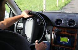 ung man som ombord kör en comput för skärm för elbilvisning Fotografering för Bildbyråer