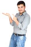 Ung man som pekar hans finger på kopieringsutrymmet Royaltyfri Bild
