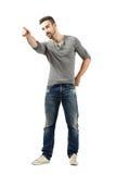 Ung man som pekar på något i avståndet fotografering för bildbyråer
