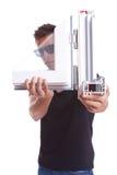 Ung man som presenterar en pvc-fönsterprövkopia royaltyfri foto