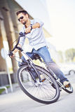 Ung man som rider en cykel Arkivbild
