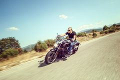Ung man som rider en motorcykel Royaltyfria Bilder