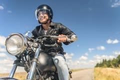 Ung man som rider hans moped på den öppna vägen Royaltyfria Bilder