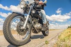 Ung man som rider hans moped på den öppna vägen Royaltyfri Fotografi