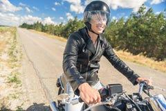 Ung man som rider hans moped på den öppna vägen Arkivfoton