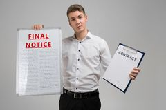 Ung man som rymmer det sista meddelandet, och avtal som isoleras på ljus bakgrund arkivbild