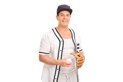 Ung man som rymmer en baseball Arkivbilder