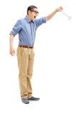 Ung man som rymmer ett ben Arkivfoton