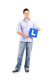 Ung man som rymmer ett l tecken Royaltyfri Foto