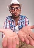 Ung man som rymmer hans händer i fron Royaltyfria Bilder