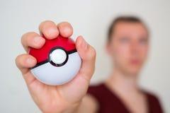 Ung man som rymmer pokeballen Arkivfoton