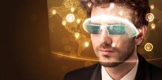Ung man som ser den futuristiska sociala nätverksöversikten Arkivbild
