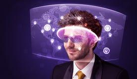 Ung man som ser den futuristiska sociala nätverksöversikten Fotografering för Bildbyråer