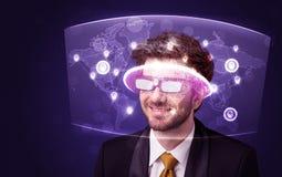 Ung man som ser den futuristiska sociala nätverksöversikten Royaltyfri Fotografi