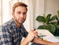 Ung man som ser hållande exponeringsglas för kamera Royaltyfri Fotografi