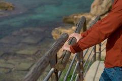 Ung man som ser havet Royaltyfri Foto