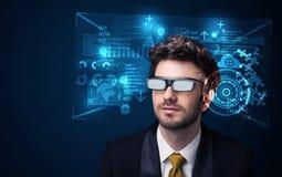 Ung man som ser med futuristiska smarta tekniskt avancerade exponeringsglas Arkivfoton