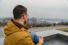 Ung man som ser på en stad Royaltyfri Fotografi
