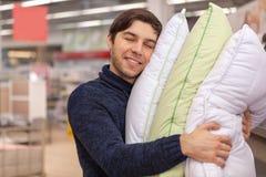 Ung man som shoppar det hemmastadda m?blera lagret fotografering för bildbyråer