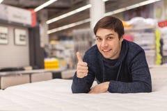 Ung man som shoppar det hemmastadda m?blera lagret arkivfoto