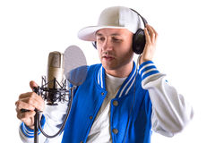 Ung man som sjunger i studion Royaltyfria Bilder