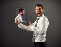 Ung man som skrattar på fara Royaltyfri Foto
