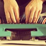 Ung man som skriver på maskin, med en retro effekt Royaltyfri Fotografi