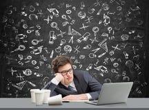 Ung man som sover på arbetsplatsen Arkivbild