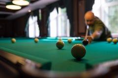 Ung man som spelar billiard inomhus Spendera fri tid på dobbleri Arkivfoto