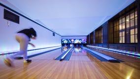 Ung man som spelar bowling Royaltyfria Foton