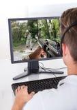 Ung man som spelar dataspelar Royaltyfri Bild