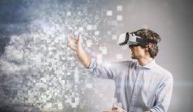 Ung man som spelar i VR-skyddsglasögon planlägg diagrammet Arkivfoton